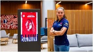 Estefanía Banini posa con la indumentaria del Atlético de Madrid.