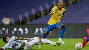 Leandro Paredes y Neymar Jr en la final de la Copa América.