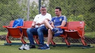 Claudio Tapia y Lionel Scaloni, durante un entrenamiento.