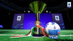 El trofeo y el balón de la Serie A de la temporada 2021-22.