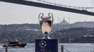 El trofeo de la Champions League expuesto en Estambul.