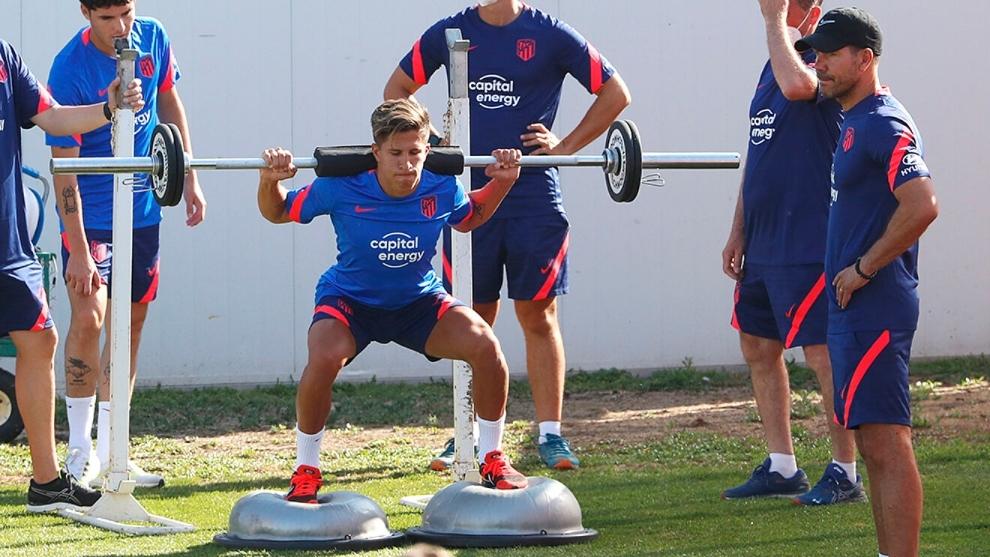 Giuliano Simeone entrena junto a su padre.
