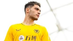 Raúl Jiménez (30) posa con la nueva camiseta del Wolverhampton...