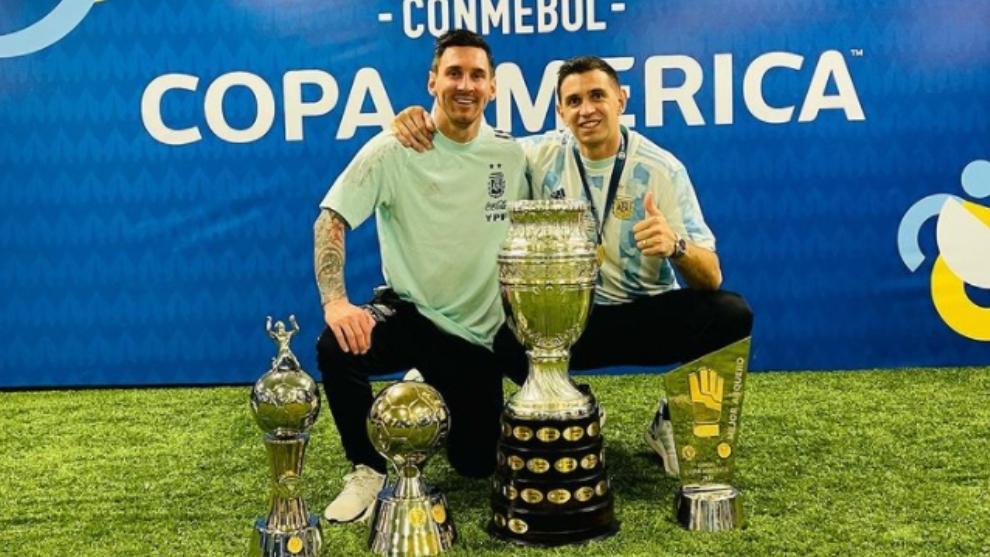 Leo y Dibu posando con los trofeos.