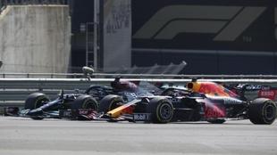Max Verstappen tiene un accidente causado por Lewis Hamilton