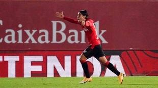 Luka Romero (16) celebra su primer gol como futbolista profesional.