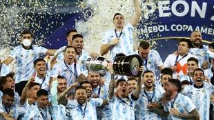 Leo Messi alza la Copa América.