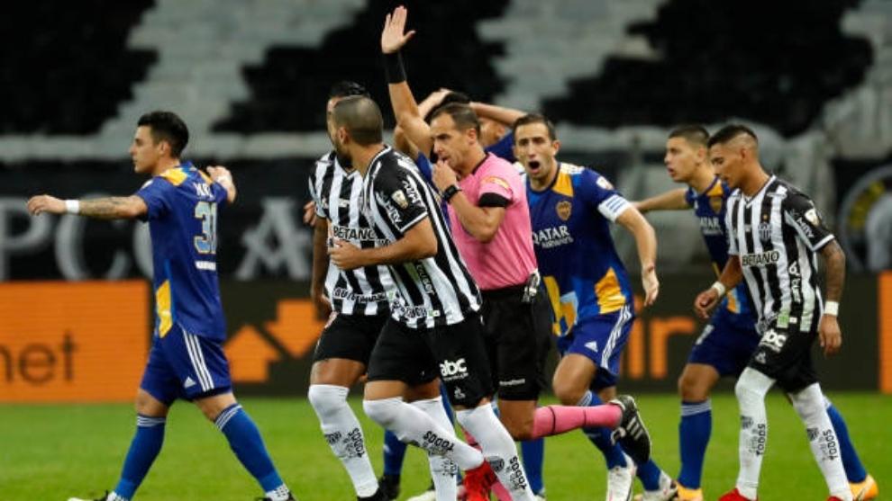 La decisión del árbitro anulando un gol legal de Boca Juniors fue el...
