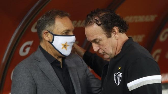 El saludo entre Cuca y Miguel Ángel Russo