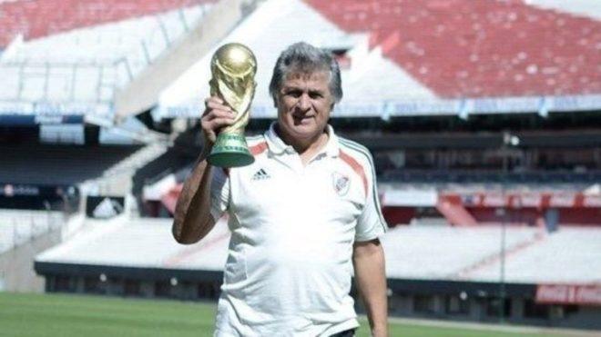 Fillo sostiene la Copa del Mundo ganada en 1978.
