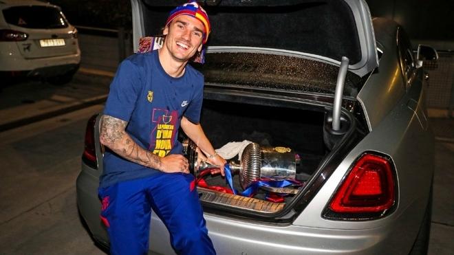 Griezmann, en el baúl de su coche.