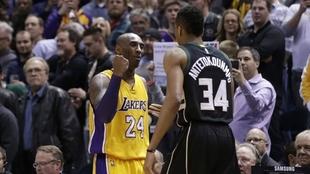 Kobe Bryant saluda a Antetokounmpo en un Lakers-Bucks.
