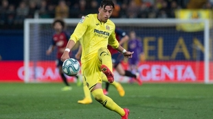 Ramiro Funes Mori remata de zurda en un partido del Villarreal.
