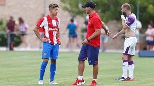 Diego Simeone da unas indicaciones a Giuliano durante el amistoso.