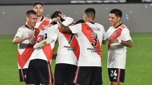 Celebran los jugadores el gol de De La Cruz.