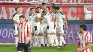 Los jugadores celebran el gol de Insaurralde.