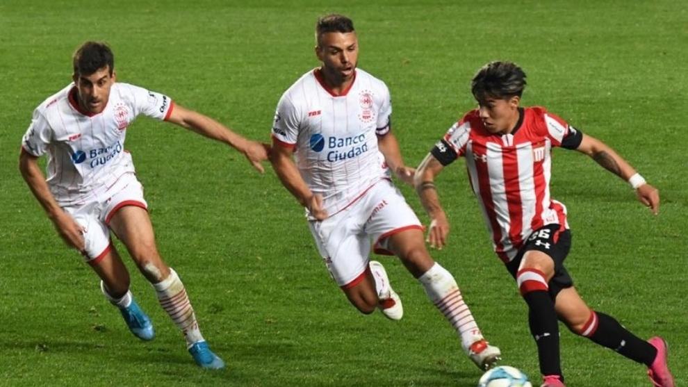Darío Sarmiento (18) trata de marcharse de dos rivales en un partido...