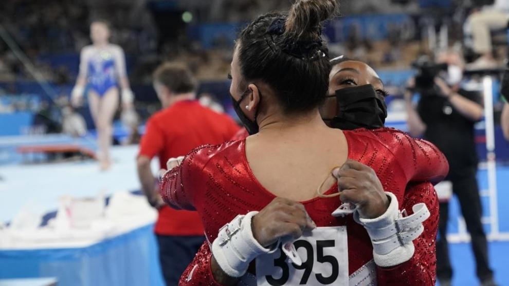 Simone Biles abrazando a Sunisa Lee, en los Juegos Olímpicos 2020