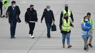Leo Messi en el aeropuerto junto a su padre