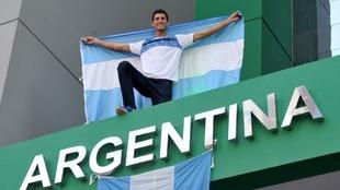Germán Chiaraviglio (34) posa con la bandera argentina.