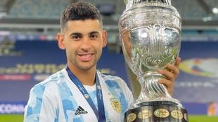 Cuti Romero (23) posa con la Copa América.