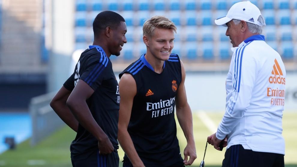 Martin Odegaard (22) junto a David Alba (29) y Carlo Ancelotti (62) en...