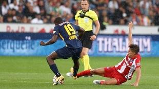Un jugador del Atlético y otro del Red Bull Salzburg pugnan por el...