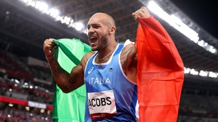 Marcell Jacobs (26) celebra su triunfo en los 100 metros envuelto en...