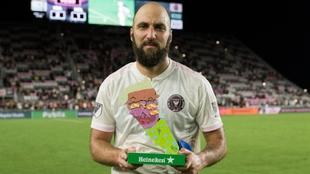 Gonzalo Higuaín (33) posa con el premio a mejor jugador del partido.