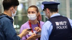 La atleta Krystsina Tsimanouskaya en el aeropuerto de Tokio junto a...