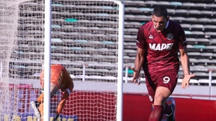 José Sand grita su gol.