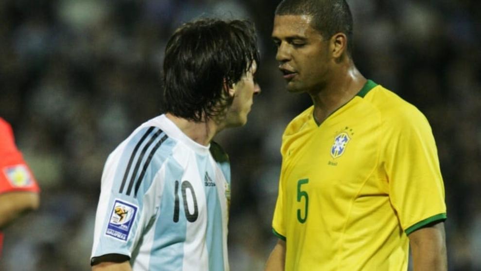 Felipe Melo enfrentando a Messi en 2009.