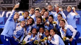 Maccari y sus compañeras celebran la plata conseguida en Tokyo 2020