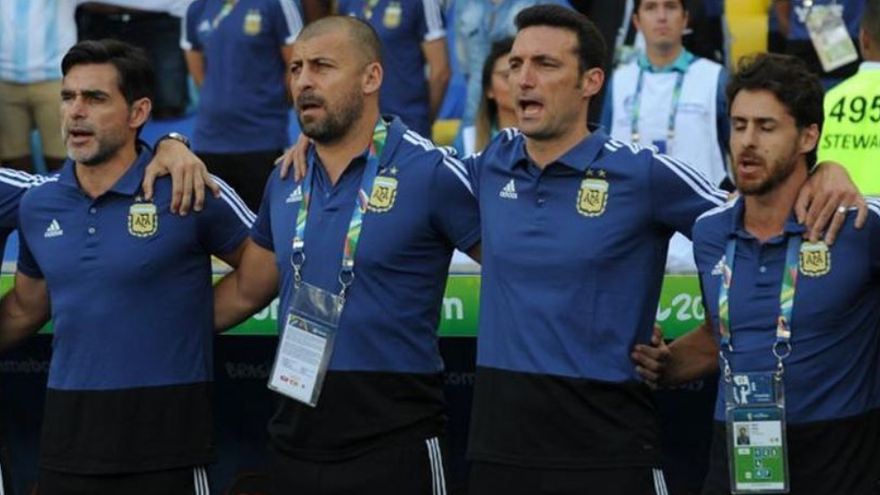 Ayala, Samuel, Scaloni y Aimar cantan el himno.
