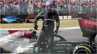 Verstappen se baja del coche tras el accidente con Hamilton.