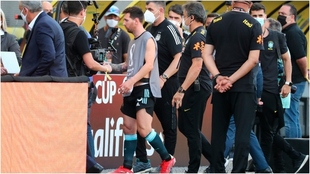 Messi, con el peto de un fotógrafo, se retira del campo tras la...