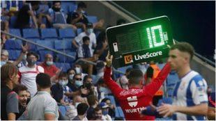 El cartel indica el tiempo de descuento en el Espanyol vs Atlético de...