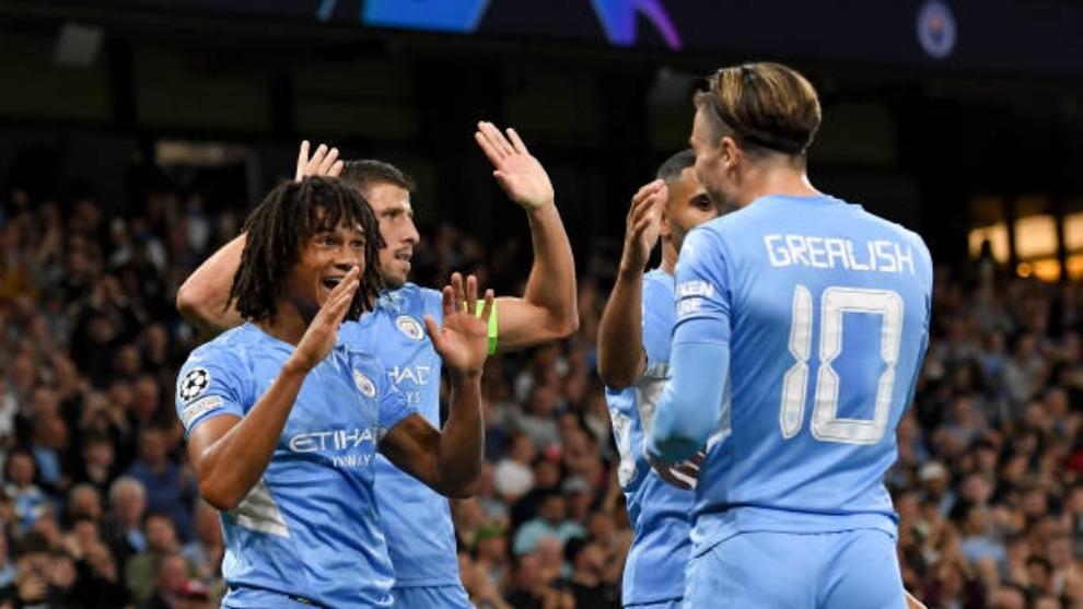 Aké celebra su primer gol en Champions con sus compañeros del Manchester City