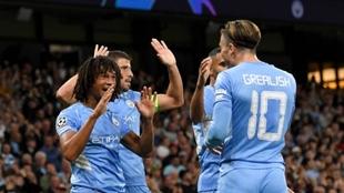 Aké celebra su primer gol en Champions con sus compañeros del...