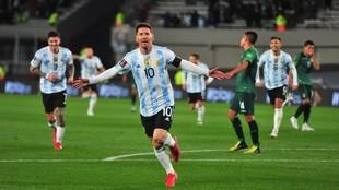 Leo Messi celebra un gol ante Bolivia.