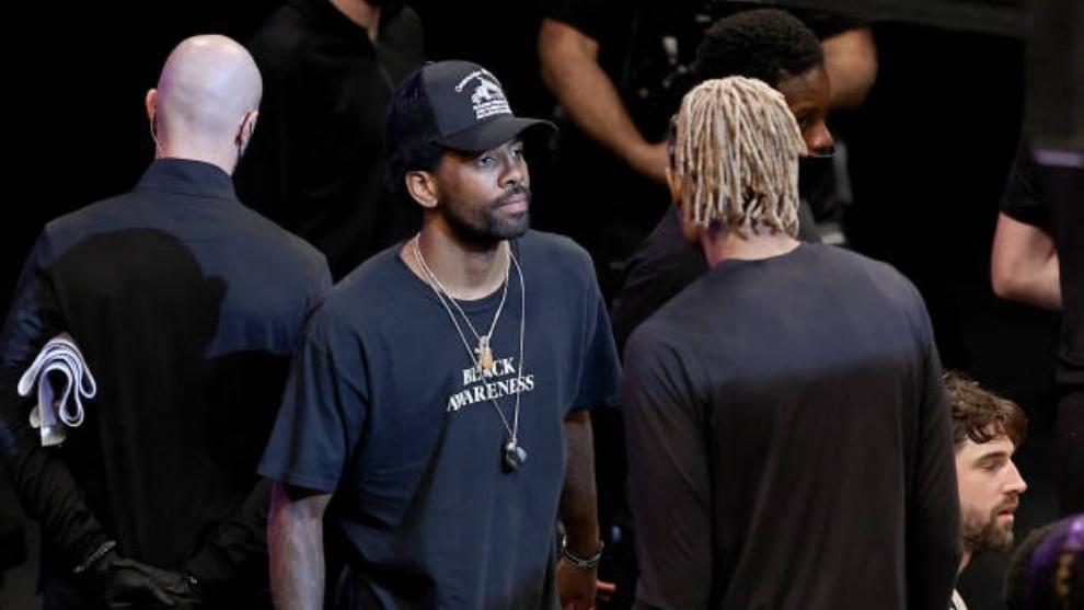 Kyrie Irving base de los Brooklyn Nets lesionado ante los Bucks