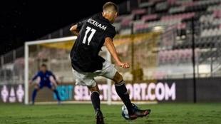 Romeo Beckham golpea la pelota con la derecha.