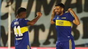 Montes y Lisandro López, celebrando un gol contra Atlético Tucumán.
