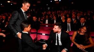 Cristiano Ronaldo, su hijo, Leo Messi y su mujer en una gala del...