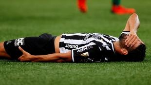 Diego Costa se lleva una mano a la cabeza y la otra a la zona en la...