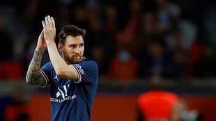Messi aplaude en el Parque de los Príncipes durante el PSG-OL.