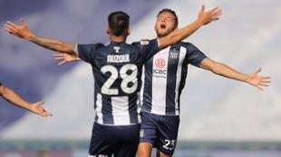 Auzqui y Retegui celebran el segundo gol.