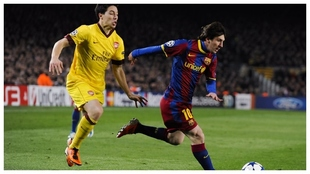 Nasri intenta frenar a Messi en un Arsenal-Barça.