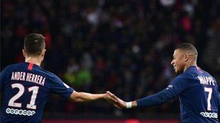 Ander Herrar y Mbappé se saludan en un partido del PSG.