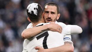 Bonucci y Cristiano Ronaldo celebran el título de Serie A logrado por...